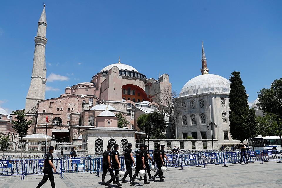 Одну из главных христианских святынь — Собор Софии — переделали в мечеть