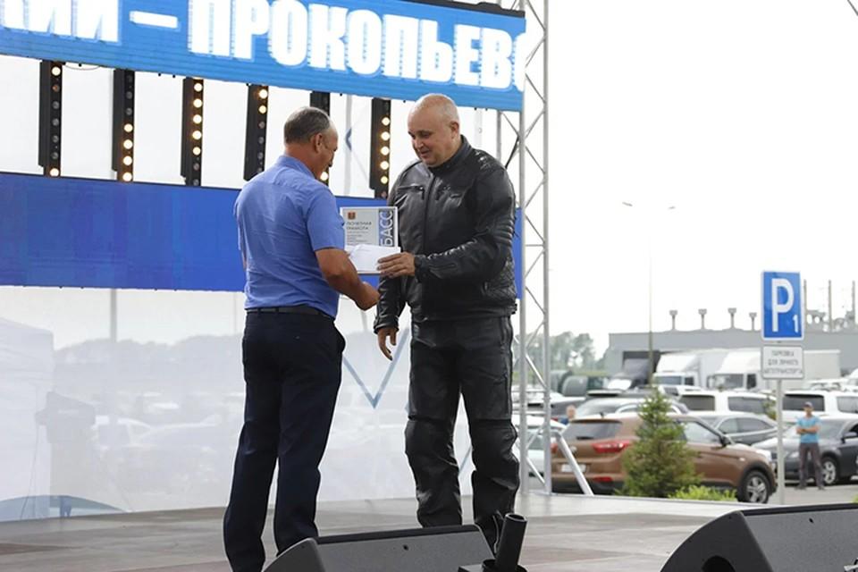 Сергей Цивилев наградил дорожников, которые показали отличные результаты работы. Фото: пресс-служба АПК