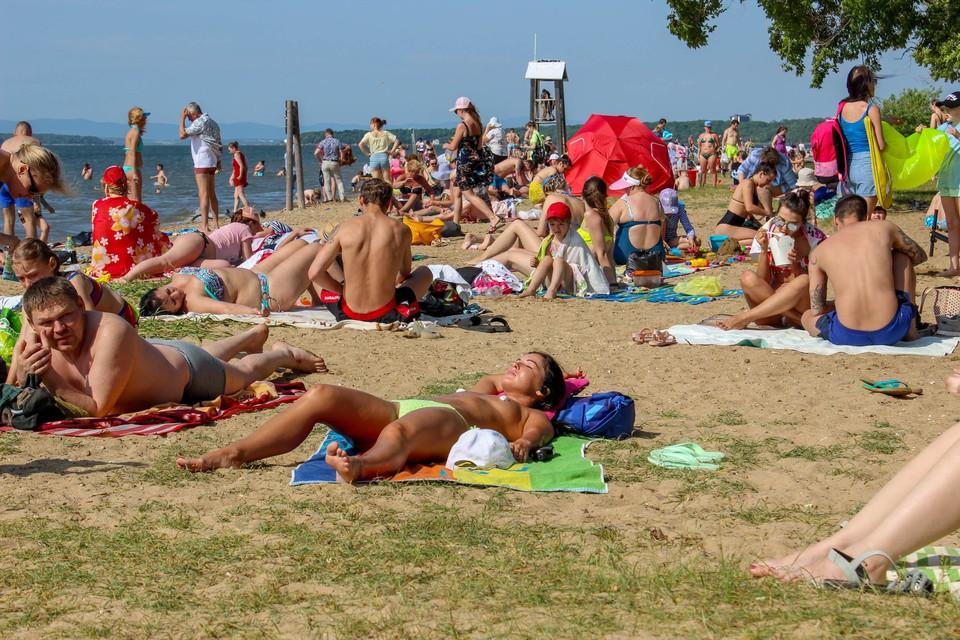 Пляжи переполнены, люди загорают и купаются, хоть сезон и не открыт