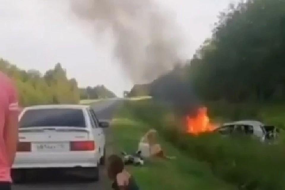 Люди смогли выбраться из машины до того, как она была полностью объята пламенем.