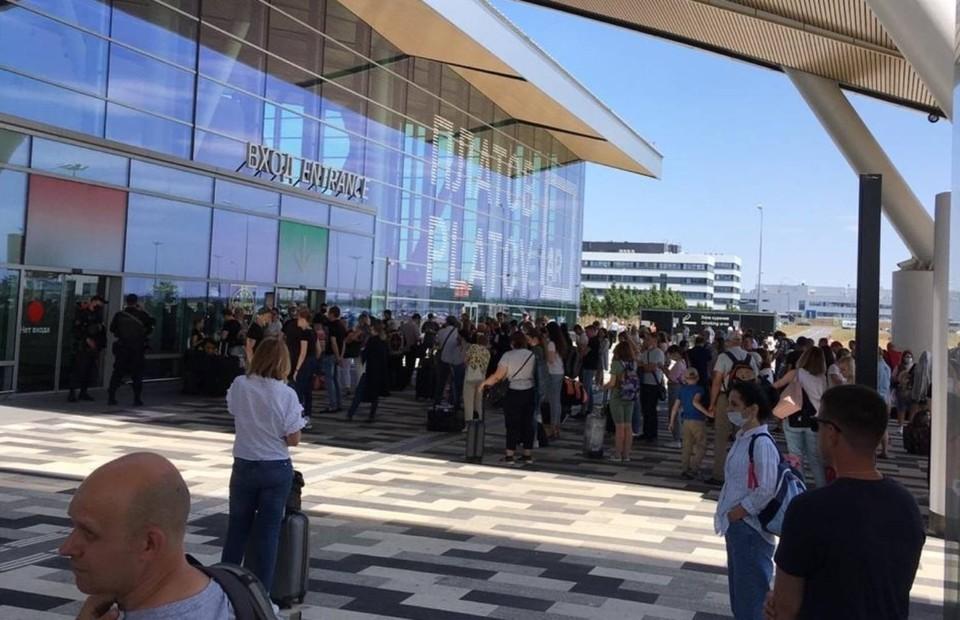 Люди столпились около здания аэропорта, пока внутри работали силовики. Фото: соцсети