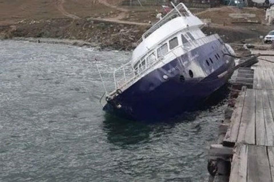 На Ольхоне из-за шторма из накренившегося корабля вылилось топливо.