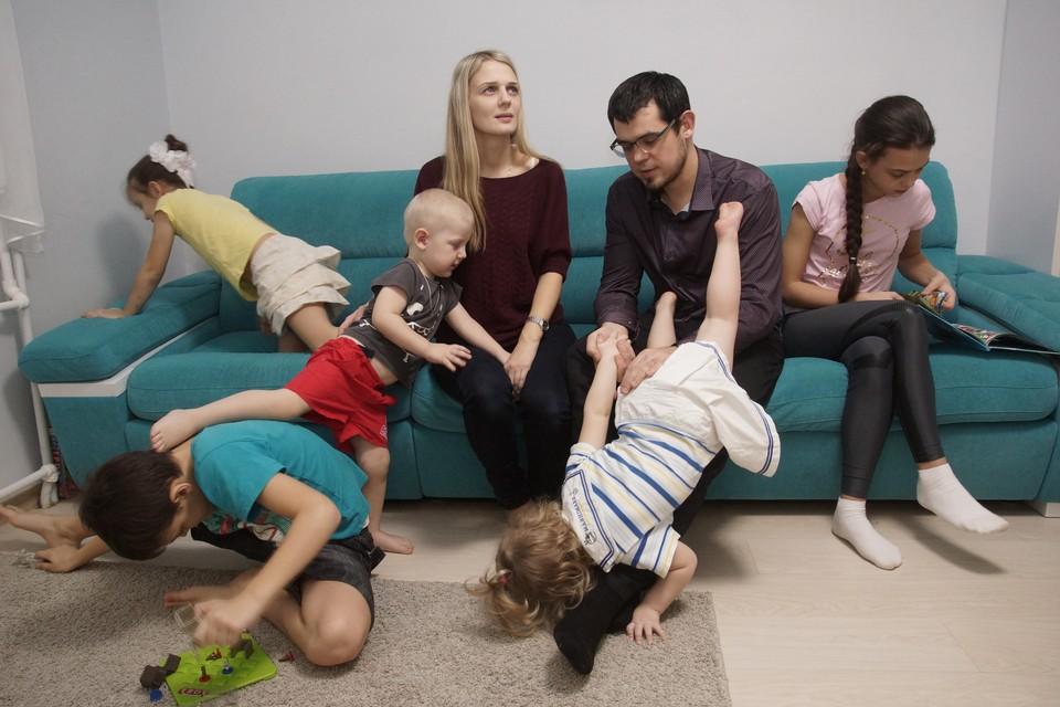 Многодетным российским семьям дети обходятся особенно дорого.