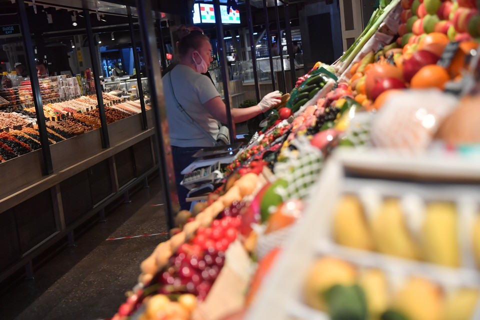 В московских магазинах появились дешевые фрукты и ягоды.