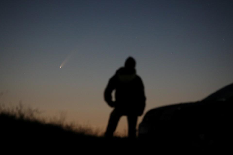 "Комета C / 2020 или ""Neowise"" видна в небе над Баллинтой, Великобритания."
