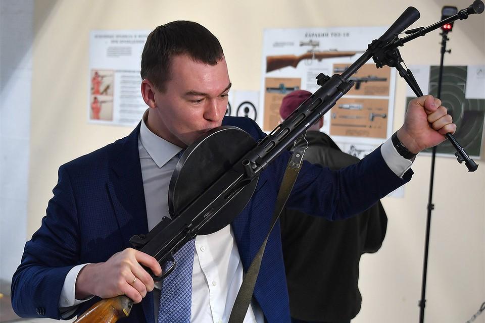 Депутат Михаил Дегтярев с ручным пулеметом, разработанным его однофамильцем, 2018 год.