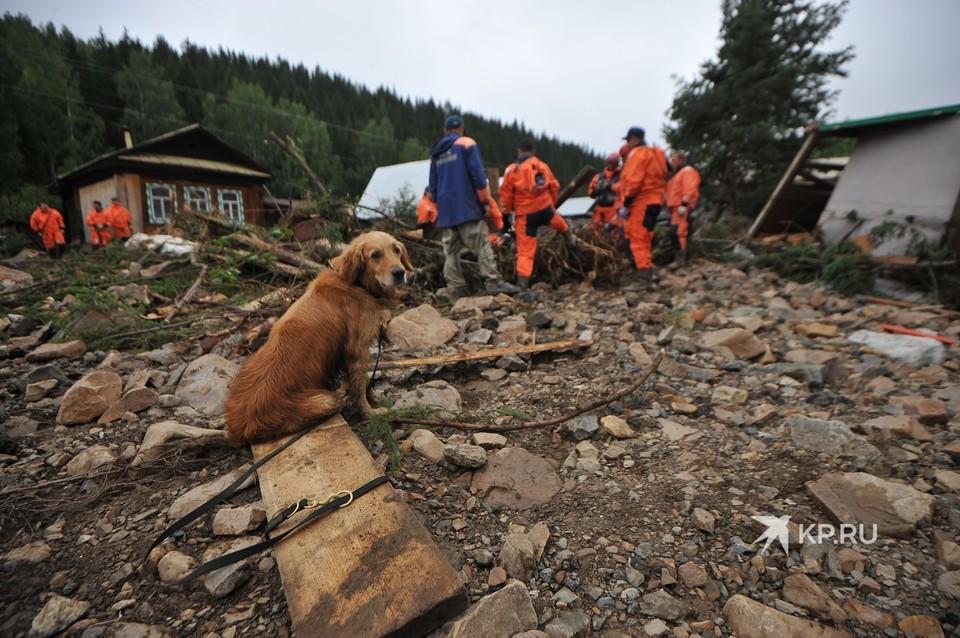Спасатели разбирают завалы после потопа