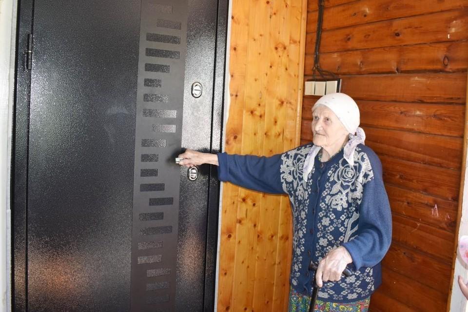 При входе в дом теперь установлена современная металлическая дверь.