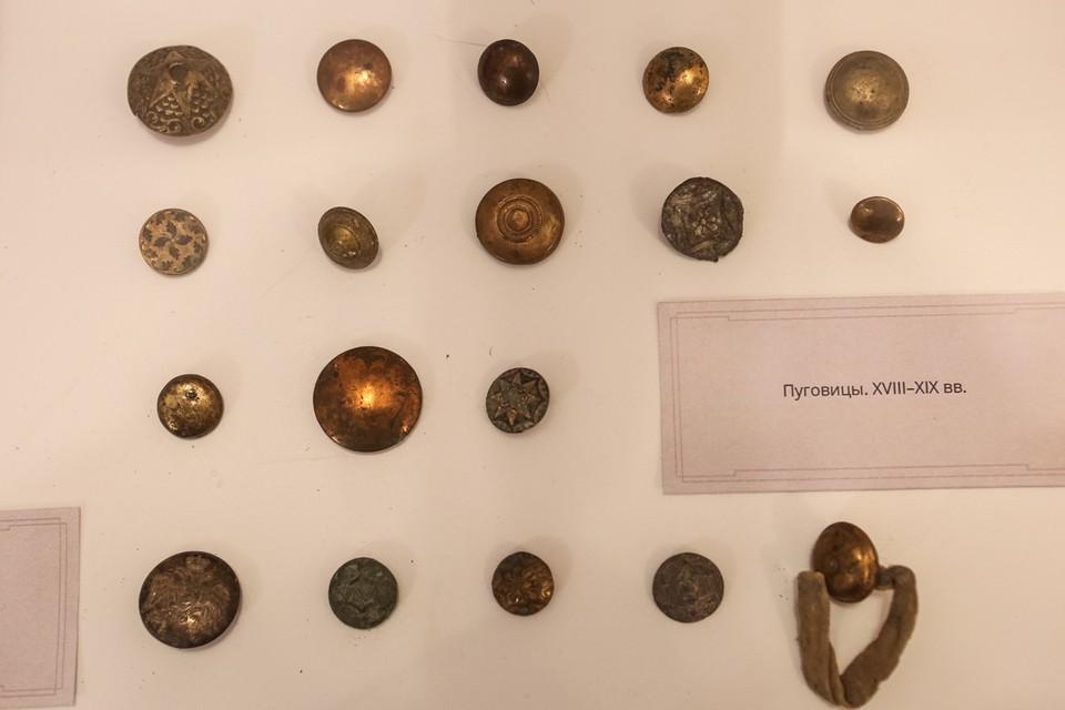 Старинные пуговицы и другие элементы одежды нашли во время реставрации археологи СПбГУ. Фото: spbu.ru