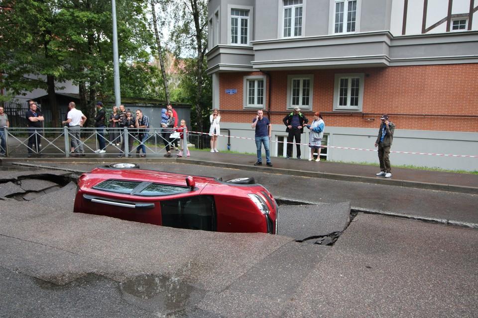 Автомобиль достали из ямы только спустя три часа.