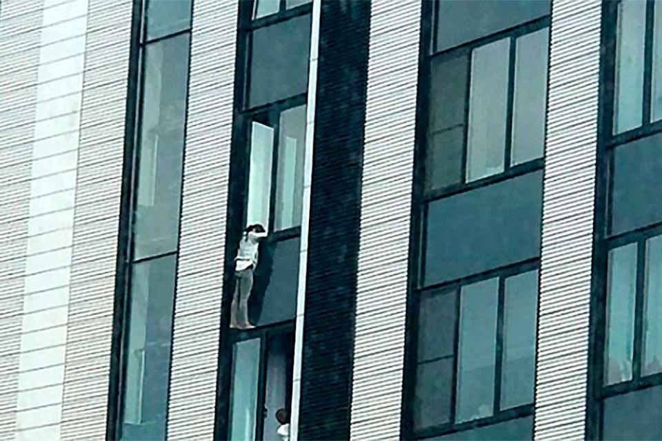 Девушка оказалась на карнизе 21-го этажа элитного дома.