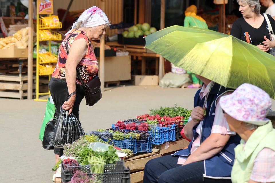 Небольшие точки, где бабушки продают ягоды, есть в каждом районе города.