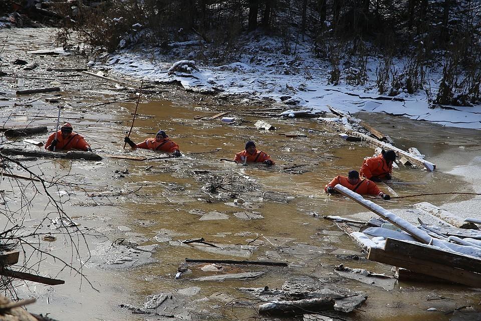 Спасатели искали пропавших при прорыве дамб золотодобытчиков по горло в ледяной воде.