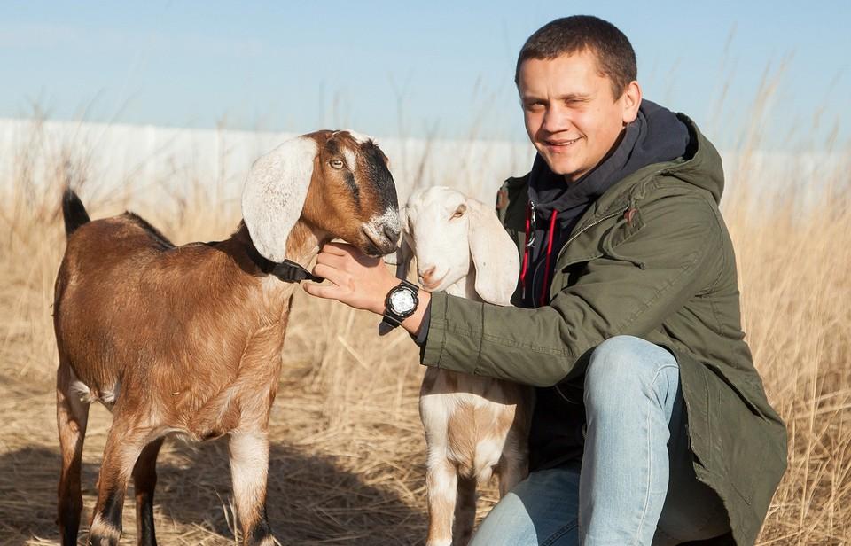 Глава хозяйства Семен Яблоновский обожает своих питомцев. Фото: АО «Россельхозбанк»