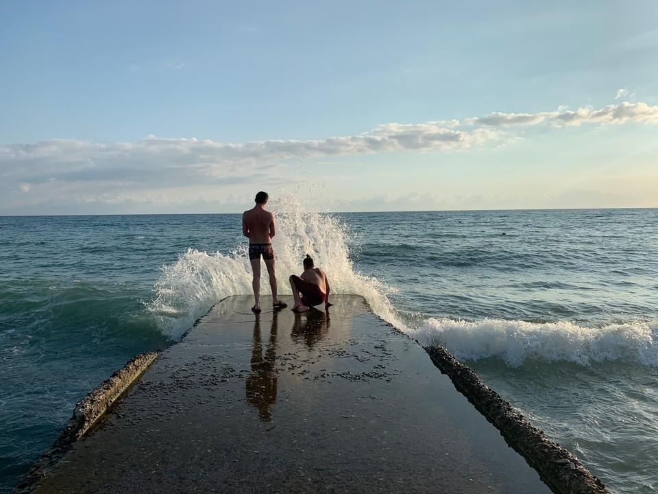 Температура воды в Черном море 1 августа 2020 прогрелась до +27 у берегов Туапсе.