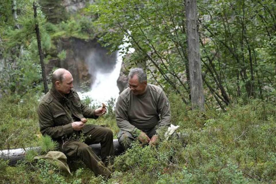 Владимир Путин в горах с Сергеем Шойгу. Фото: Алексей НИКОЛЬСКИЙ/ТАСС