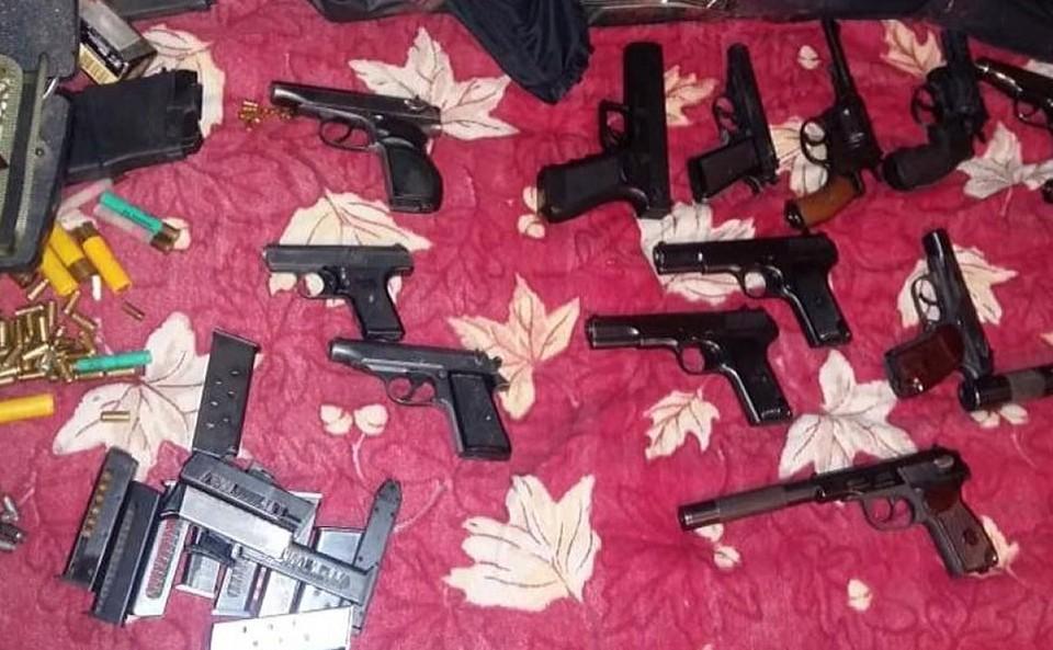 Часть изъятого у преступников оружия.