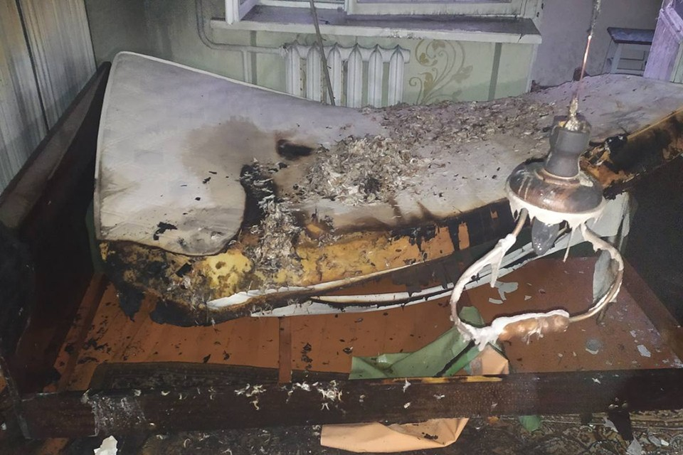 Сын разбудил мать, которая спала, когда начался пожар, и вывел ее из квартиры. Но женщина успела получить ожоги. Фото: МЧС.