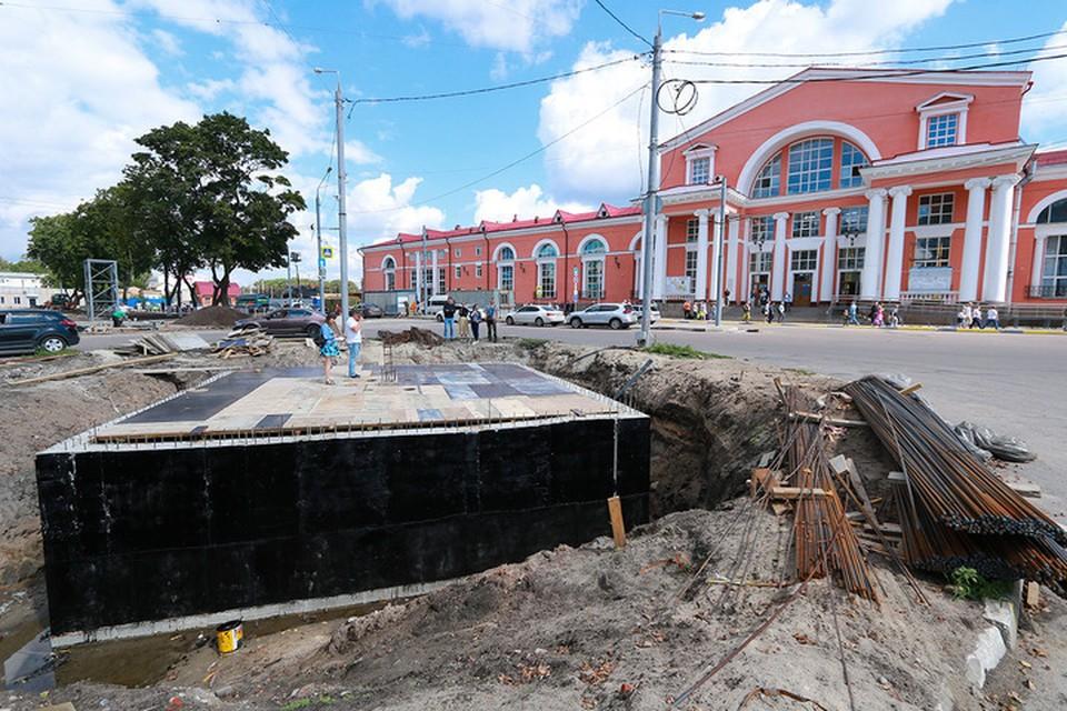 Подрядчики залили бетонную подземную часть насосной станции и гидроизолировали ее.