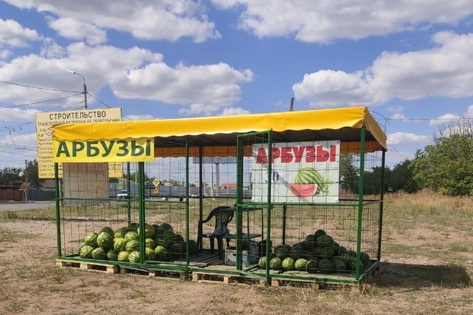 Точка продажи должна быть огорожена, а арбузы должны храниться под тентом на специальных стеллажах. Фото: официальный портал Администрации Симферополя.