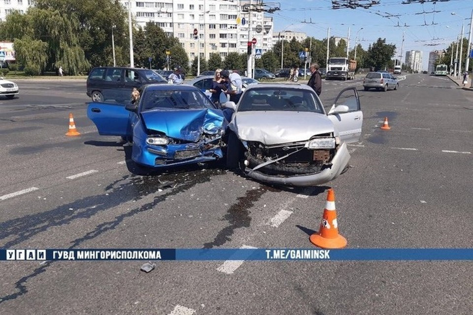 В Минск водитель Хендай при повороте налево не уступил дорогу Мазде и врезался в нее. Фото: Телеграм-канал УГАИ ГУВД Мингорисполкома