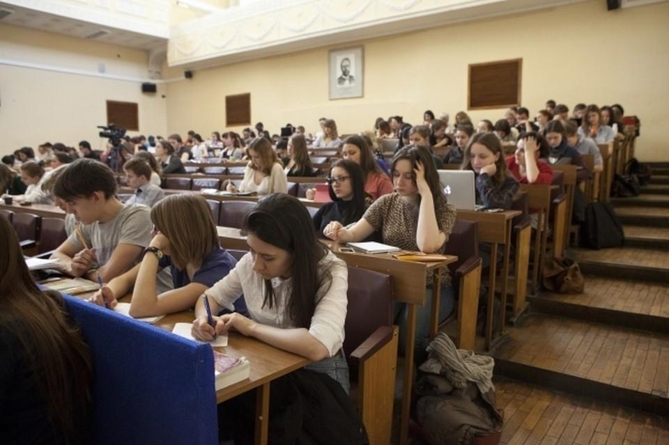 В России сократилось число платных вузов: их стало меньше почти в два раза.