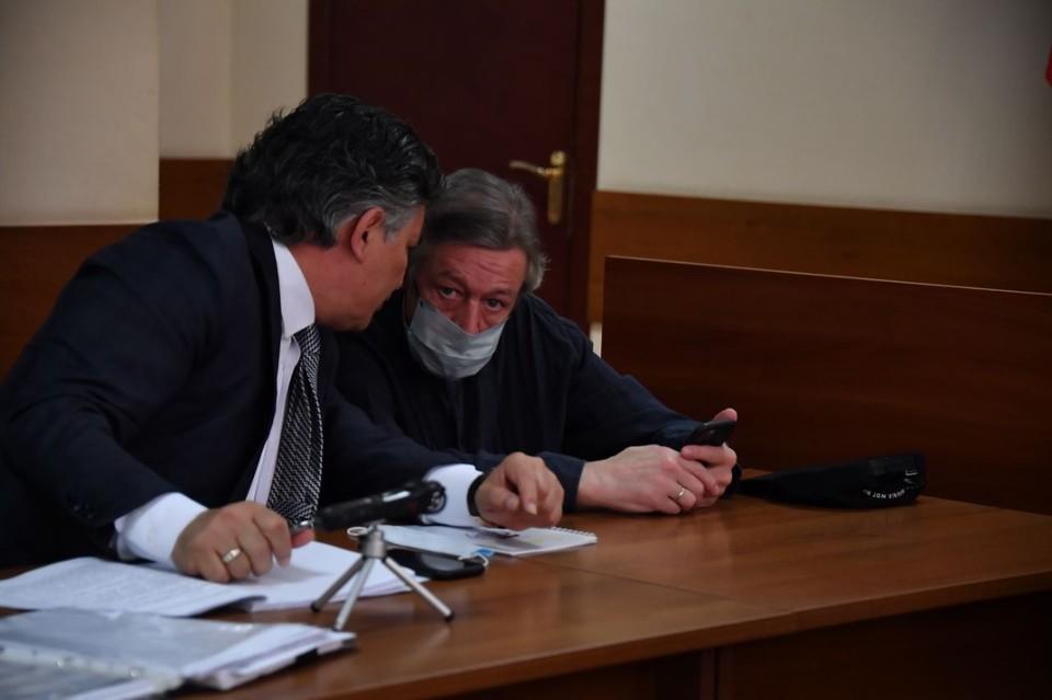 Ефремов пользуется телефоном несмотря на запрет