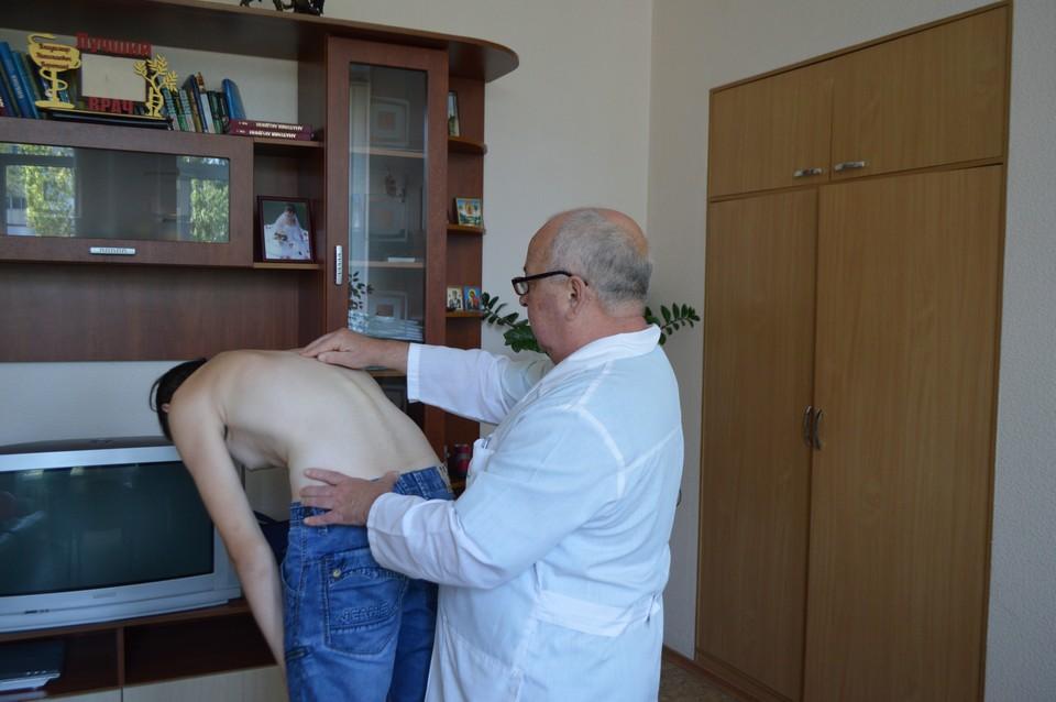 Владимир Воропаев говорит, что родители мало внимания уделяют осанке своих чад