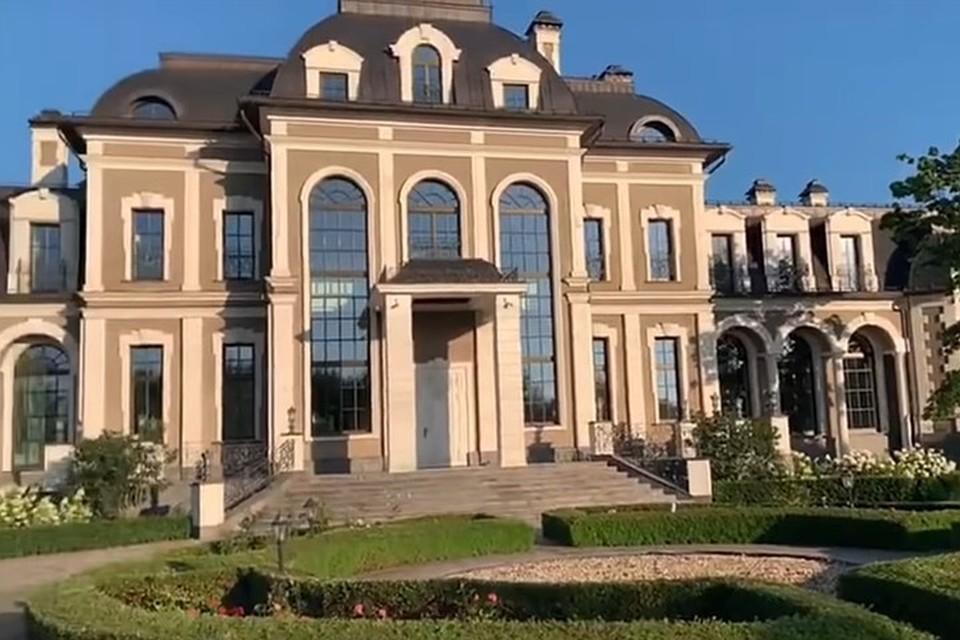 На кадрах оперативного видео - большой трехэтажный дом, действительно напоминающий дворец.