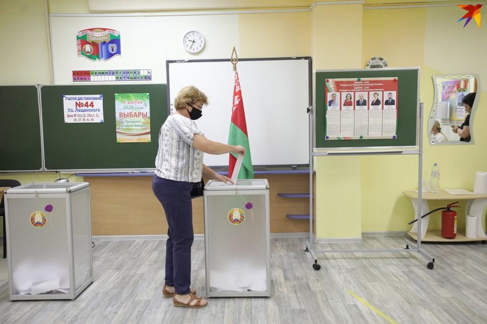 Первые избиратели пришли на участки к 8 часам утра.