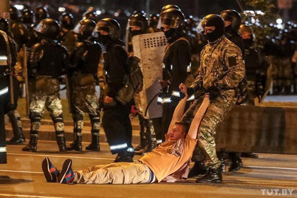 Сейчас в центре Минска идет планомерное избиение демонстрантов у Дворца Спорта. Фото: tut.by