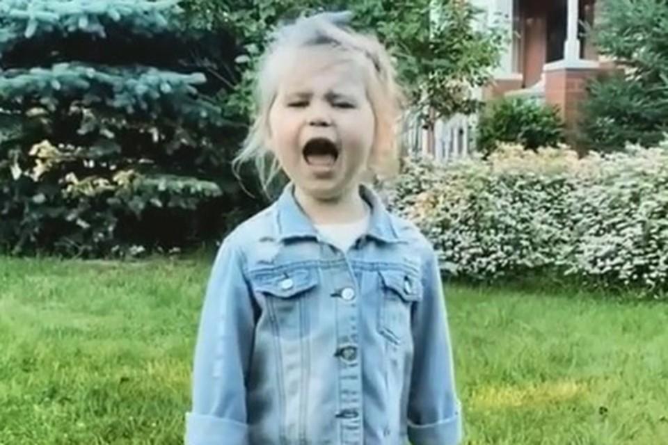 Маленькая дочка Пелагеи Тася очень любит петь.