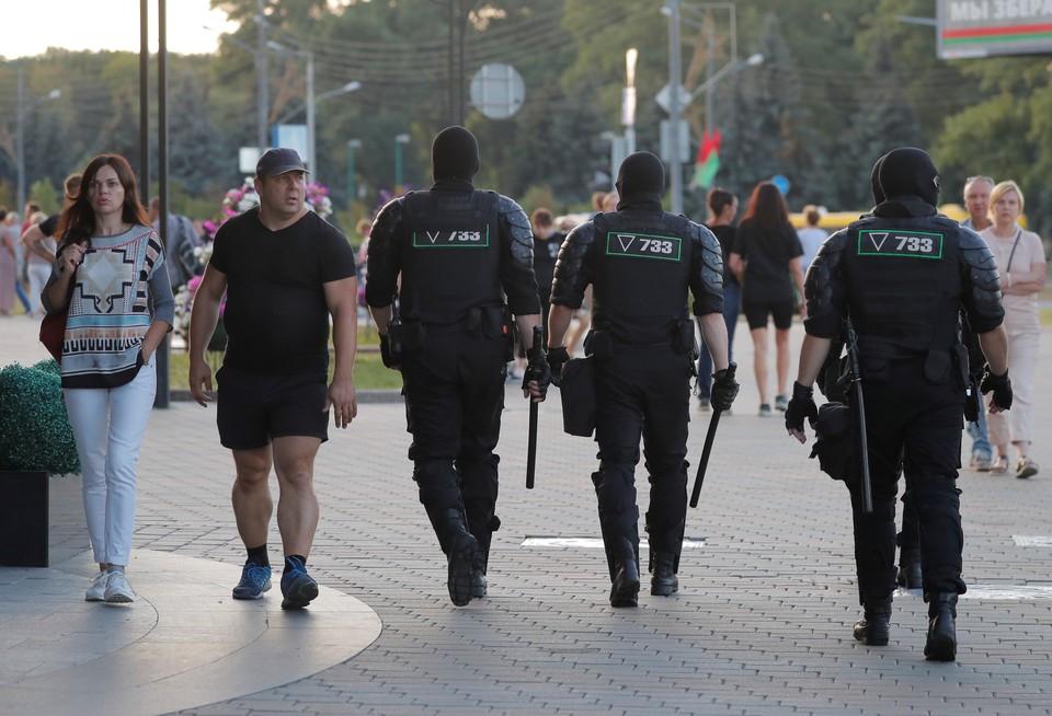 В Белоруссии спецназовцы выбросили форму в мусор в знак протеста