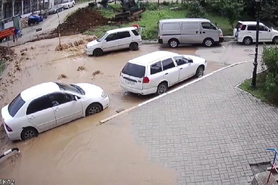 Вода хлынула потоком в жилую зону