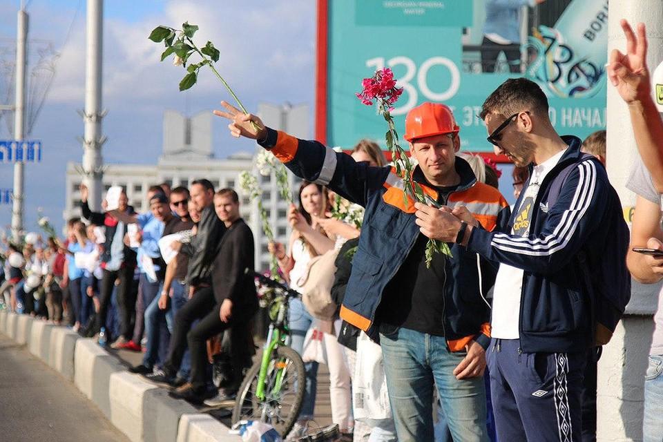 В четверг в крупнейших городах Белоруссии протестующие выстроились в цепи вдоль дорог.