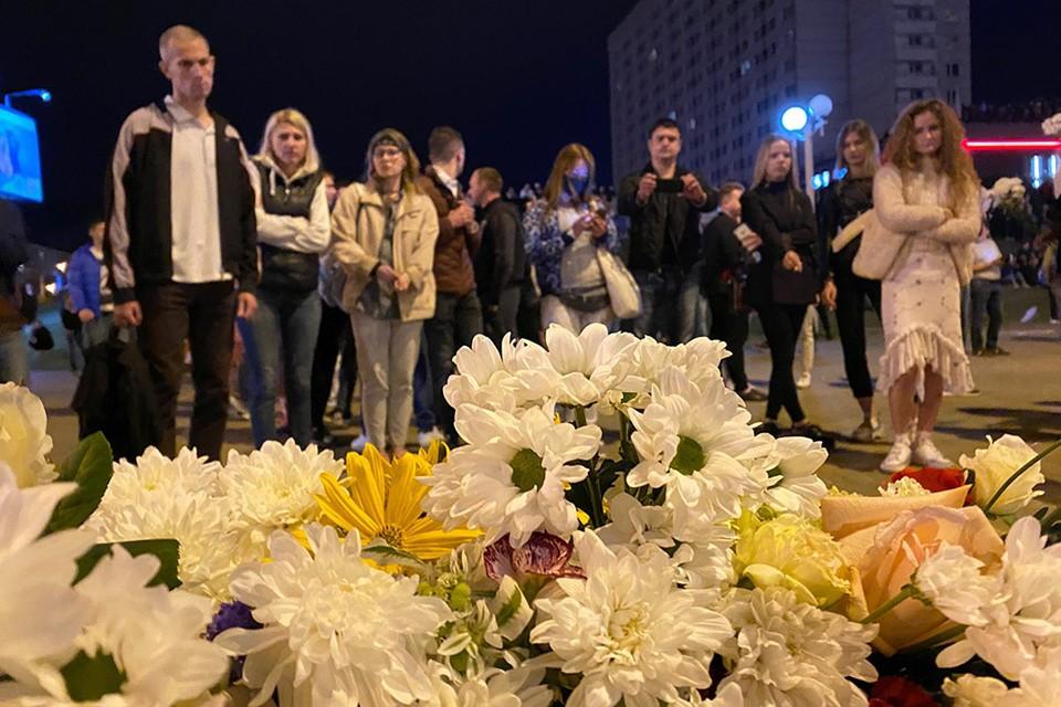 Цветы на месте гибели молодого человека, погибшего в ходе беспорядков 9 августа в центре Минска.