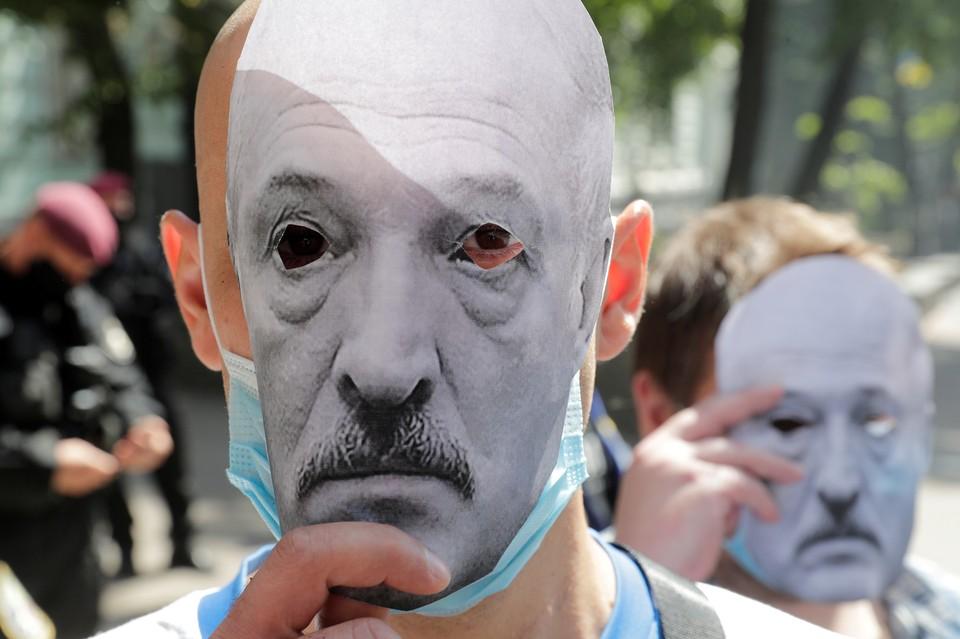 Маски Александра Лукашенко на митинге в поддержку белорусской оппозиции в Киеве.