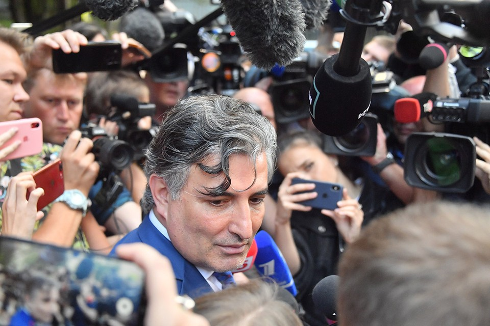 Защитник актера объяснил, что подсудимый находится на домашнем режиме и 18 августа должен быть на заседании