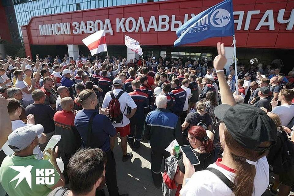 Пока Александр Лукашенко выступал перед рабочими завода, у его стен бурлил митинг.