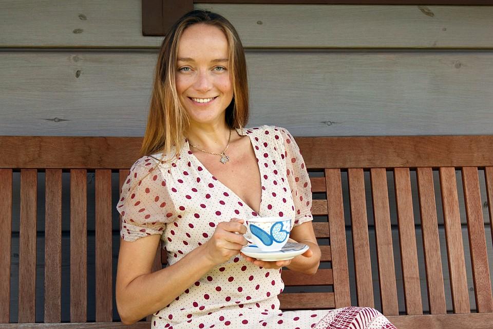 Чай содержит в себе различные эфирные масла, и когда мы заливаем его кипятком, часть этих масел выходит из чаинок и растекается по поверхности воды тонкой пленкой