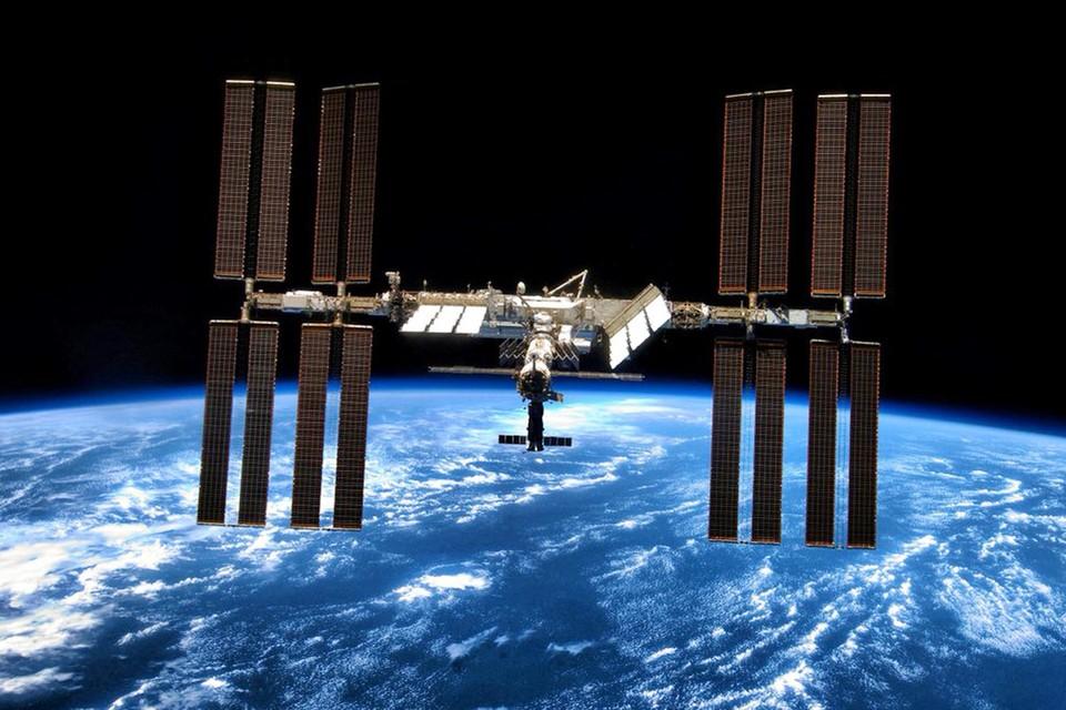 По предварительным данным, в станцию мог попасть метеорит или крохотный фрагмент космического мусора