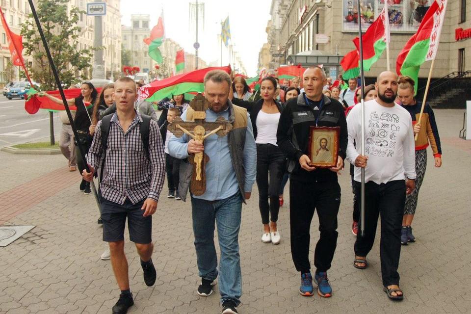 Полсотни человек посреди «революционного» города смотрелись колоритно