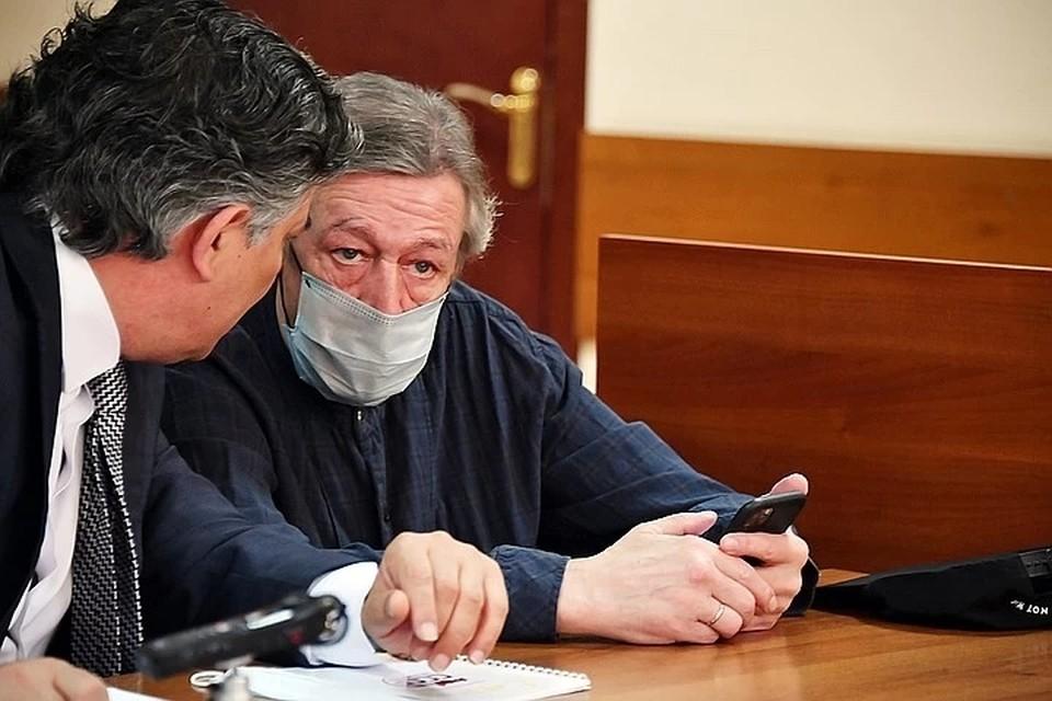 Михаил Ефремов и его адвокат Эльман Пашаев в суде