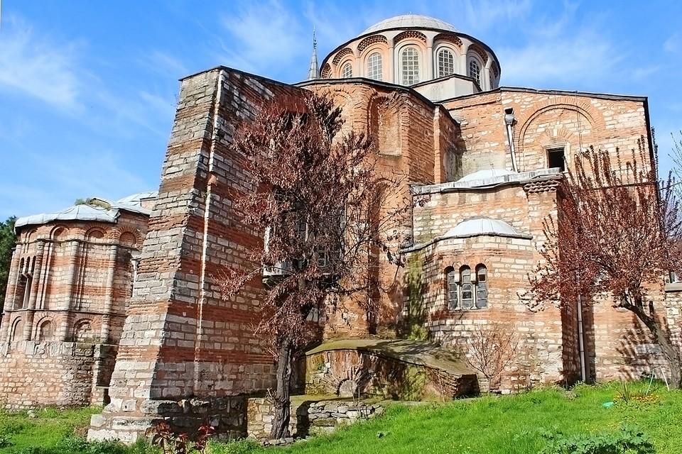 Монастырь Хора - это христианский храм Христа Спасителя на Полях. Он был возведен в конце IV века византийскими мастерами