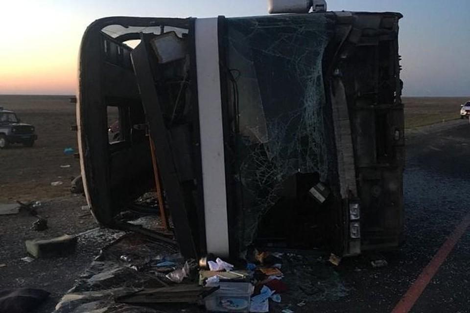 Автобус съехал в кювет и перевернулся. Фото: ГУ МВД по Дагестану.