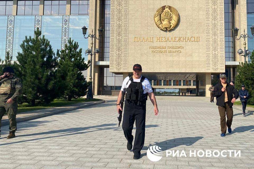 Лукашенко снова взял в руки автомат. Фото: РИА Новости.