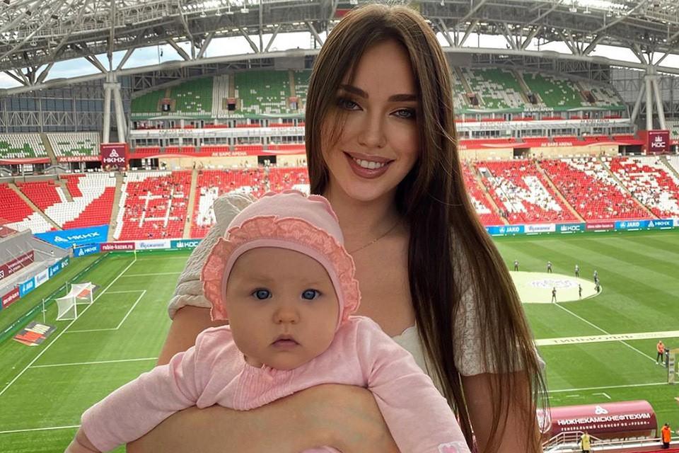 И тут в соцсетях пожаром пронеслась другая удивительная новость, дескать, теперь и Анастасия Костенко подала в суд на Тарасова, чтобы получить алименты на их двоих дочерей.