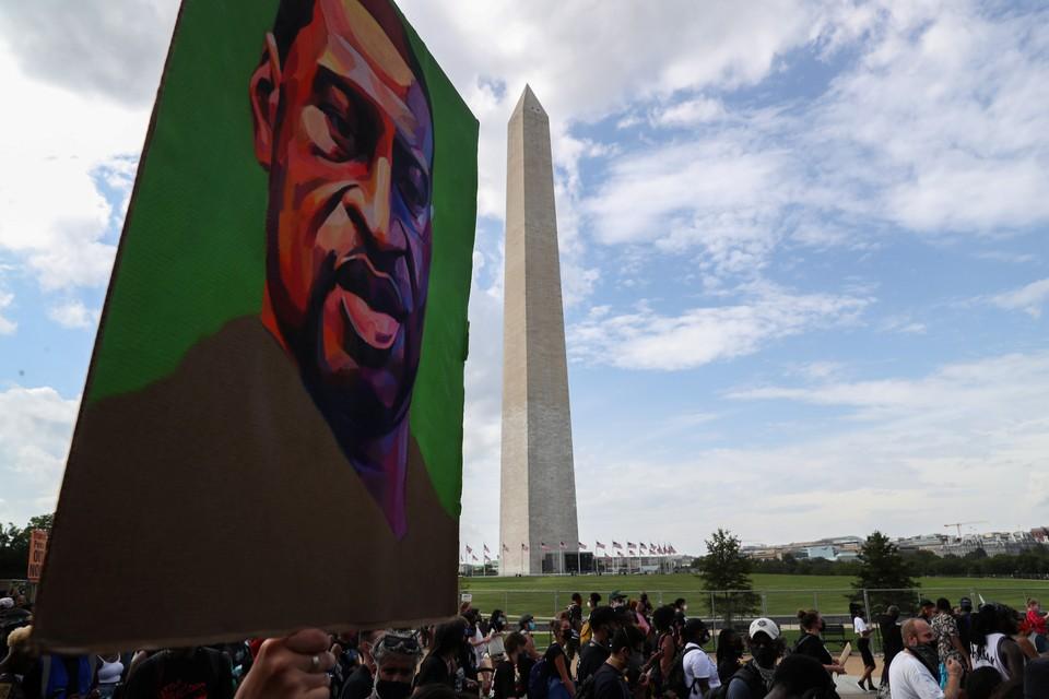 Портрет Флойда во время протестов в Вашингтоне.