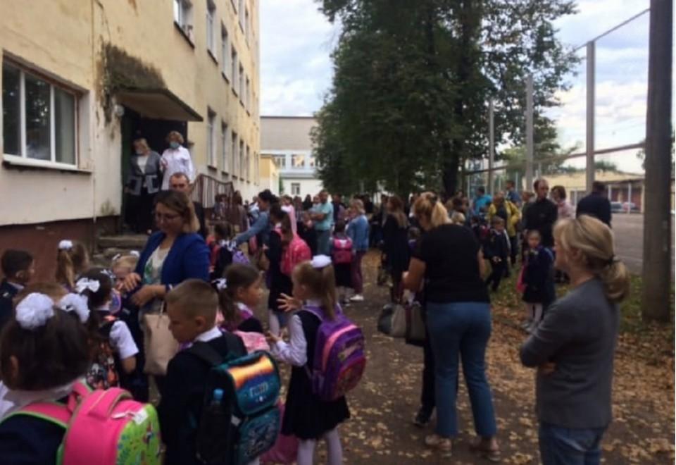 Со слов родителей, до урока осталось 10 минут, а дети все еще стоят на улице.