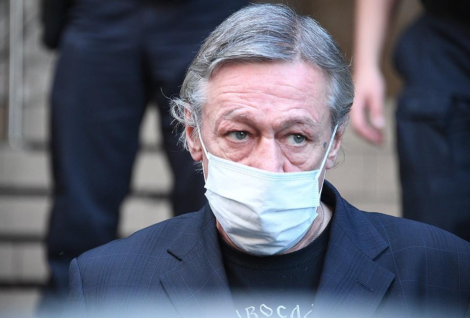 Актер Михаил Ефремов у здания Пресненского суда после рассмотрения дела о ДТП со смертельным исходом.